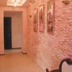 Дизайн стенв в прихожей в розовых тонах