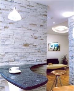 Дикий камень в интерьере квартиры